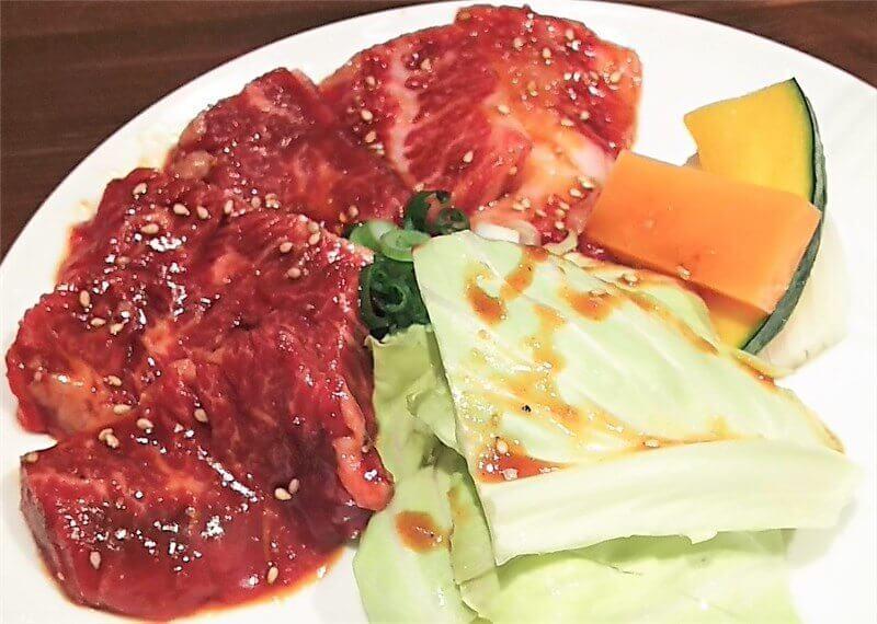 定食のカルビ、ハラミ・焼き野菜のお皿