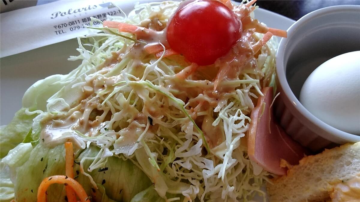 ごまドレッシングをかけたサラダ