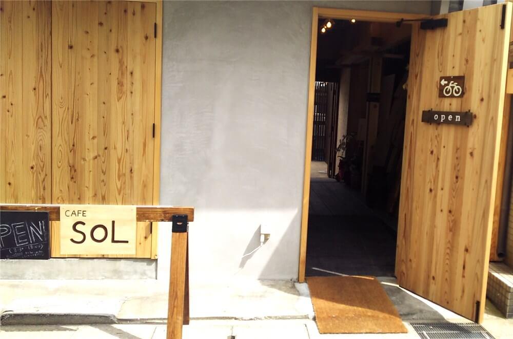 カフェソルの自転車置き場への入り口