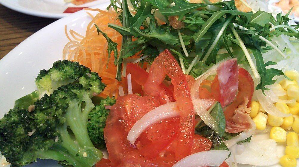 カラフルなフレッシュ野菜をたっぷり盛ったお皿