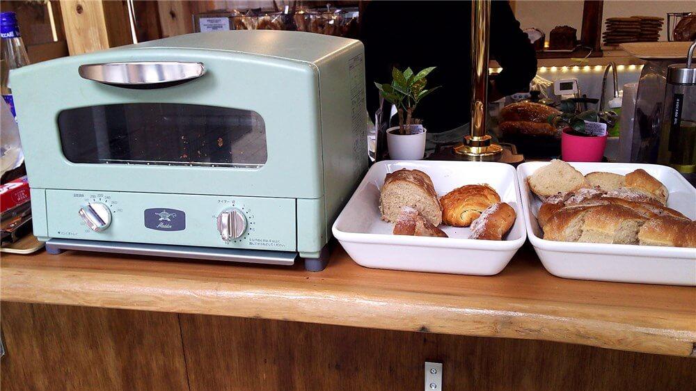 カフェソルにあるトースターとモーニングのパン