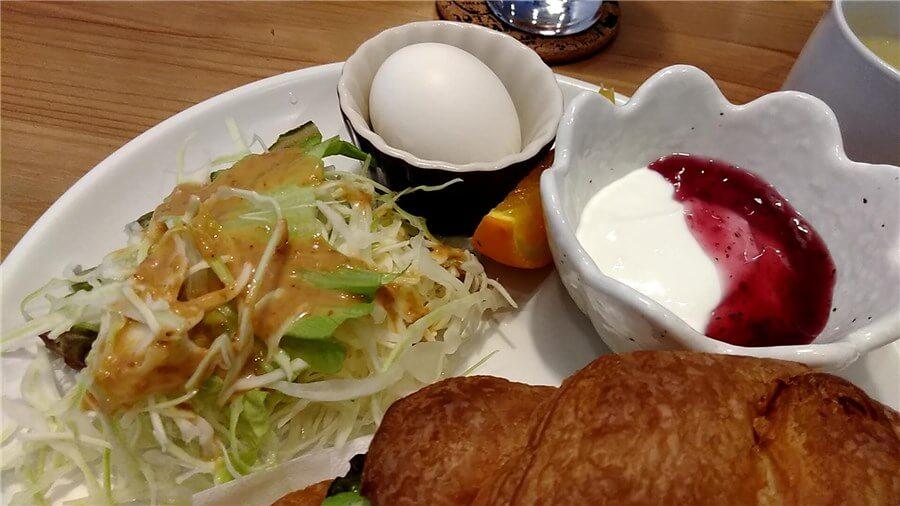 ミスティコのモーニングに付いてくるセット内容:サラダ・ゆでたまご・ヨーグルト・オレンジ
