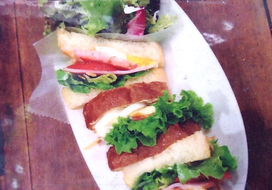 ハムとチーズ・レタス・トマト・たまごのサンドイッチ